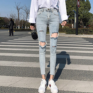 Slim and thin cropped pencil jeans with ripped feet